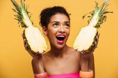 Głodna oliwkowa kobieta patrzeje oddolny z kolorowym makeup i hol obraz stock