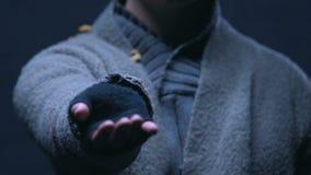 Głodny żebrak trzyma za ręce, pyta pieniądze dla jedzenia, beznadziejny życie w ubóstwie zdjęcie wideo