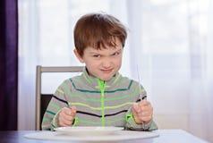 Głodny chłopiec dziecka czekanie dla gościa restauracji fotografia royalty free