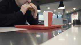 Głodny je wyśmienicie chiken hamburger lub hamburger w zwolnionym tempie zdjęcie wideo
