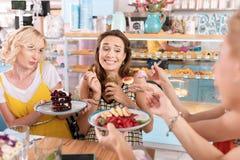 Głodny kobieta w ciąży je oba deser i zalewy zdjęcie stock