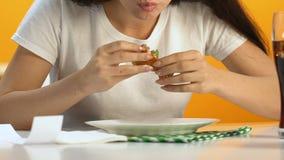 Głodny kobiety łasowania hamburger z apetytem, fasta food nałogowiec zyskuje nadmiernego ciężar zbiory wideo