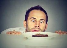 Głodny mężczyzna pragnienia cukierki jedzenie obraz royalty free