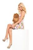 głos Piękna blondynka z psem zdjęcie stock