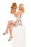 głos Piękna blondynka z psem zdjęcia stock