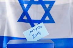 Głosowania pudełko Hebrajscy tekstów wybory 2019 na głosować papier zdjęcia stock