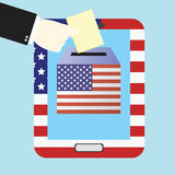 Głosujący pojęcie ręki kładzeniem tapetuje w telefonie komórkowym Obrazy Stock