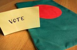 Głosujący pojęcie - Wręcza Pisać Głosować majcheru na Bangladesz fladze fotografia stock