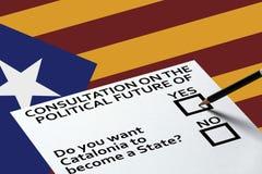 Głosujący w wyborach lub referendum, tajne głosowanie dla głosować na Krajowej Catalonia flaga Z Gwiazdowym tłem zdjęcie royalty free