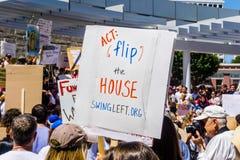 Głosujący wiadomości ` akt Podrzuca Domowego ` podnoszącego przy ` rodzinami należy wpólnie ` wiec trzymającego przed San Jose ur zdjęcia stock