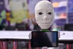 Głowa Android robot komunikuje z osobą przez pastylki obrazy royalty free