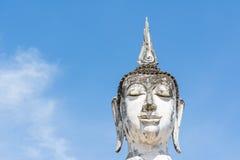 Głowa biały Buddha wizerunek, niebieskie niebo i obraz stock