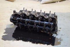 Głowa blok butle Głowa blok butle usuwał od silnika dla naprawy Części w parowozowym oleju Ca Zdjęcia Royalty Free