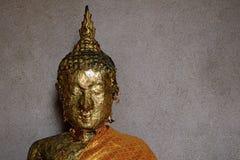 Głowa Buddha wizerunek z złocistym liściem na twarzy Zdjęcie Stock