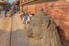 Głowa lwa tłum obok Royal Palace i strażnik, zdjęcie stock