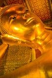 Głowa odcień Złoty Buddha opiera w Wacie Pho (Phra Saiyat) obraz stock