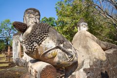 Głowa opierać Buddha zakończenie up Antyczne rzeźby na ruinach świątynny Wat Phra Kaew Kamphaeng Phet, Tajlandia fotografia stock