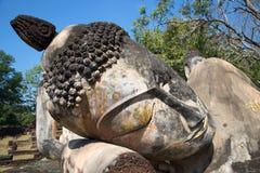 Głowa opierać Buddha zakończenie up Ruiny antyczna buddyjska świątynia Wat Phra Kaeo Kamphaeng Phet, Tajlandia zdjęcia royalty free