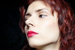 Głowa piękna kobieta z czerwonym włosy Zdjęcia Royalty Free