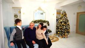 Głowa rodzina, mężczyzna potrzeby wspiera i miłość szczęśliwa duża rodzina, wewnątrz dekorujący w nowego roku ` s żywym pokoju z zbiory wideo