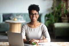 Głowa strzału portret uśmiechnięta amerykanin afrykańskiego pochodzenia kobieta fotografia royalty free