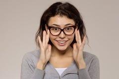 Głupek dziewczyna w szkłach z wspornikami na zębach i Pozytyw, przoduje obrazy stock