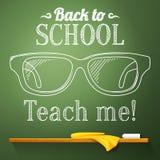 Głupków szkła na chalkboard z z powrotem szkoła royalty ilustracja