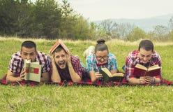Głupki czytający wewnątrz parki Fotografia Royalty Free