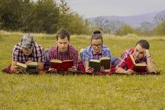 Głupki czytający wewnątrz parki Zdjęcia Royalty Free