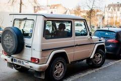 G班白色奔驰车的背面图  免版税图库摄影