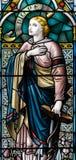 G的彩色玻璃关闭在圣洁十字架的教会里 库存图片