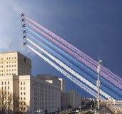 Główny budynek ministerstwo obrony federacji rosyjskiej i rosjanina samoloty wojskowi lata w formacji, Moskwa, Rosja obrazy royalty free