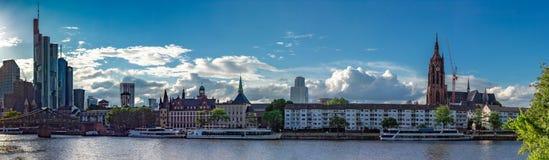 Główny Riverbank i Frankfurt miasta linia horyzontu w lecie Obrazy Stock