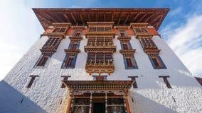 Główny wierza dla modlitwy z azjatykcim sztuki okno, dachem przy Paro Dzong i, Bhutan Zdjęcie Stock