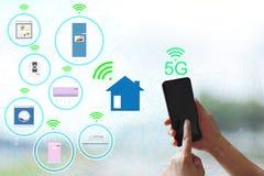 5G δίκτυο και Διαδίκτυο των ασύρματων συσκευών Συνδέστε το έξυπνο σπίτι και τις ηλεκτρικές συσκευές, έννοια της επικοινωνίας με τ στοκ φωτογραφία με δικαίωμα ελεύθερης χρήσης