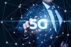 5g παρουσιάζει έναν επιχειρηματία Στοκ εικόνα με δικαίωμα ελεύθερης χρήσης