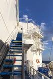 在朝向到圣托里尼海岛的一艘大游轮的楼梯,在G 库存图片