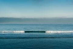 Gładzi fala w oceanie Zdjęcia Stock