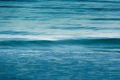 Gładzi fala w oceanie Obrazy Stock