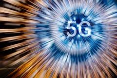 5G auf helle Radialneonlinien Hintergrund lizenzfreie stockbilder