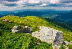 Głazy na trawiastych wzgórzach Zdjęcie Stock