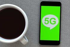 5G, bericht op toespraakbel met slimme telefoon en en koffie Stock Afbeelding
