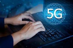 5G 4G druk ingaan knoop op de computer De kaart van de communicatienetwerkwereld verzendt bericht verbindt handtoetsenbord wereld stock foto's