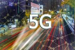 5G eller LTE-presentation Asiatisk modern stad på bakgrunden Arkivbild