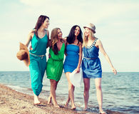gå för strandflickor Royaltyfri Fotografi