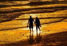gå för strandpar Arkivfoton