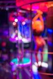 Gå-går dansaren i nattklubb Arkivbilder