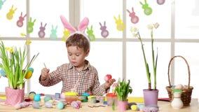 G? i ax den b?rande kaninen f?r det lyckliga barnet m?lning?gg p? p?skdag lager videofilmer