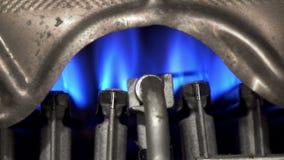 G?iser, calentador de agua La llama de las quemaduras de una antorcha, cobre del gas para la calefacci?n por agua almacen de video