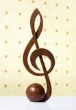 G-klav symbol som snidas från trä Arkivfoto